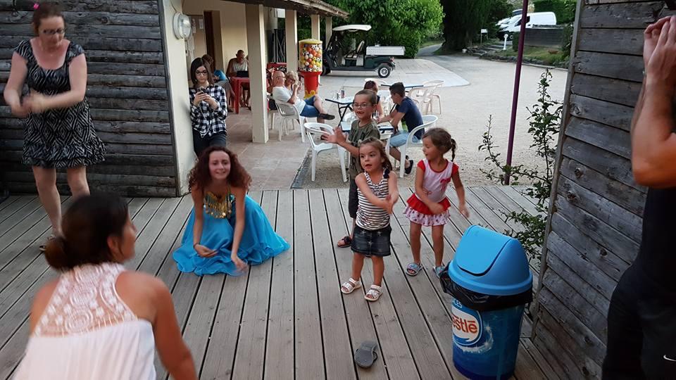 Les enfants apprennent la danse orientale